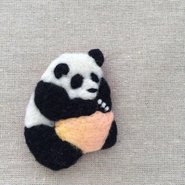 惑星を抱くパンダ フェルト刺繍ブローチ・改の画像1枚目