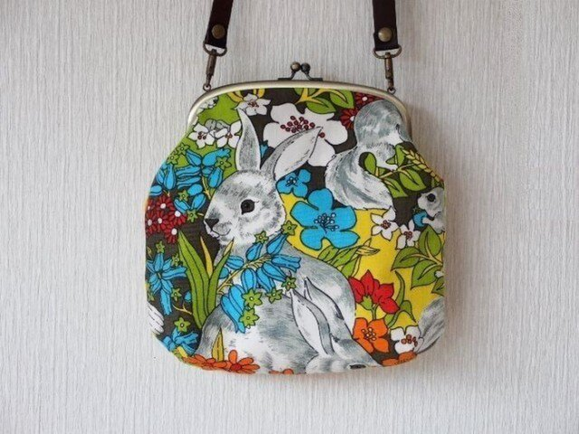 【受注生産】うさぎとお花 - 昔の外国布がま口ショルダーバッグの画像1枚目