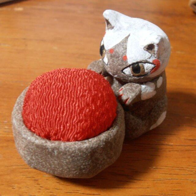 お針子猫 ころころはちわれ(赤)(針山・ピンクッション)の画像1枚目