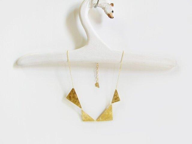 真鍮の三角を連ねたネックレスの画像1枚目