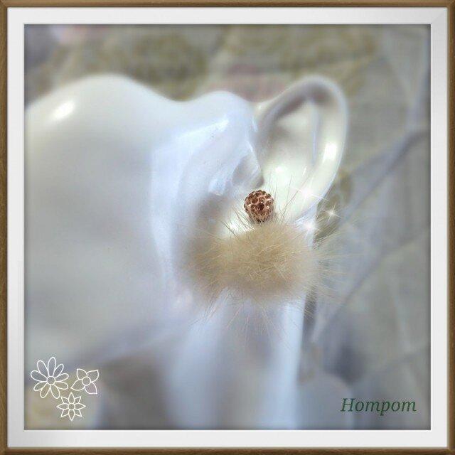 優しい色合いのラビットファーピアス  ホムポムの画像1枚目