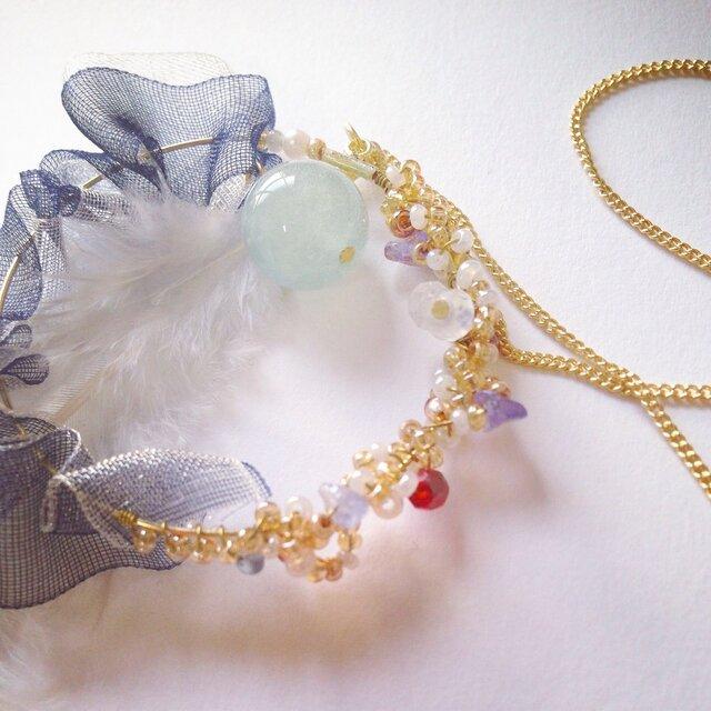 繊細で華やか、フェザーとダブルフリルのビーズネックレスの画像1枚目