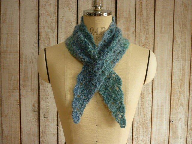 手編みの三角マフラー/ブルーの画像1枚目