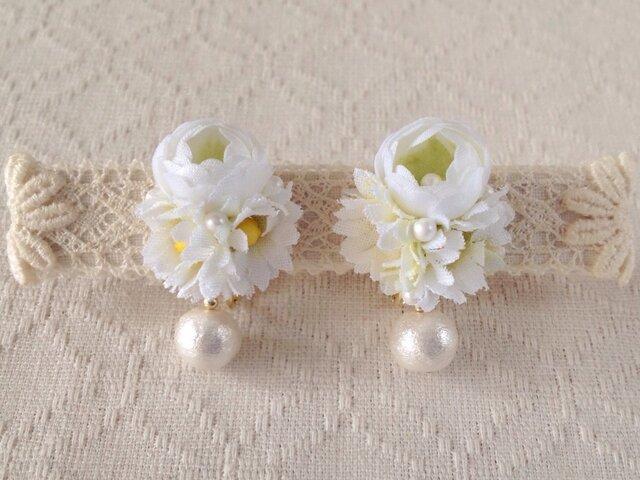 染め花とコットンパールのイヤリング(ホワイト×グリーン)の画像1枚目