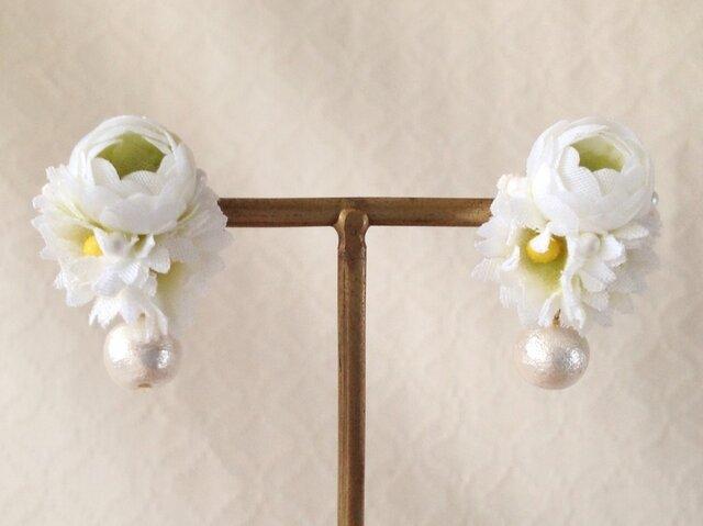 染め花とコットンパールのピアス(ホワイト×グリーン)の画像1枚目