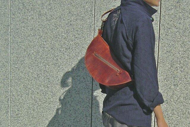 半円型の手縫いショルダーバッグの画像1枚目