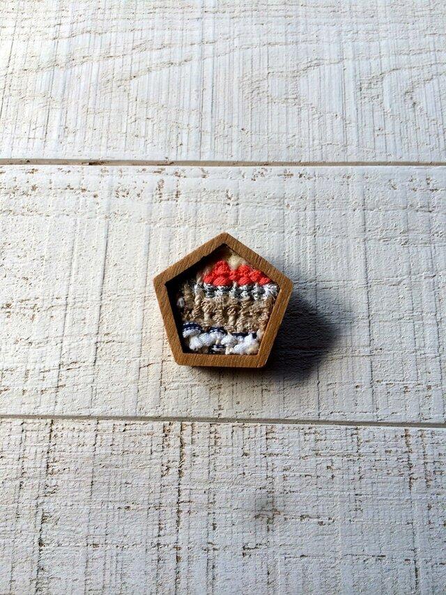 木と裂き織りのブローチ 五角04の画像1枚目