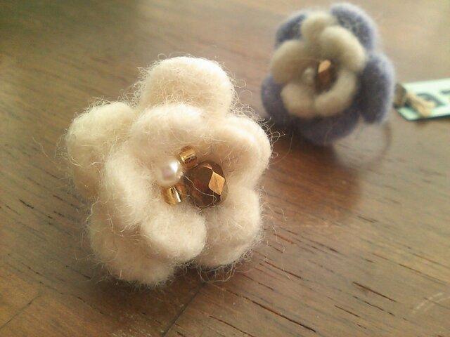 羊毛フェルトのお花のリング(白)の画像1枚目