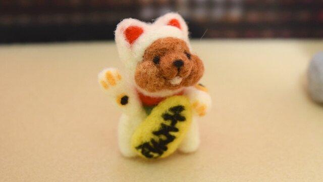 秋のお寺でたそがれる幸せ招き猫コグマの画像1枚目