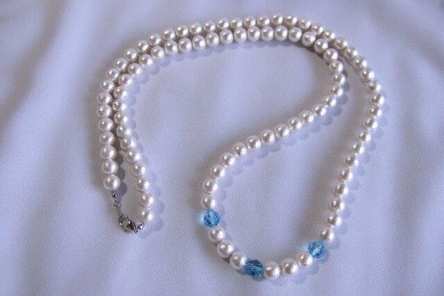 コットンパールと青いスワロフスキーのネックレスの画像1枚目