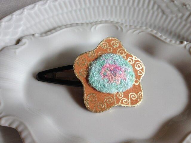 シルク染め糸+革ヘアピン「hana」の画像1枚目