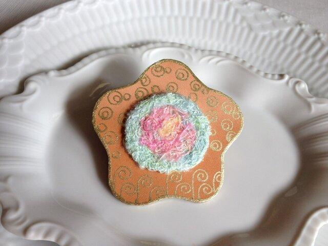 シルク染め糸+革ブローチ「hana」の画像1枚目