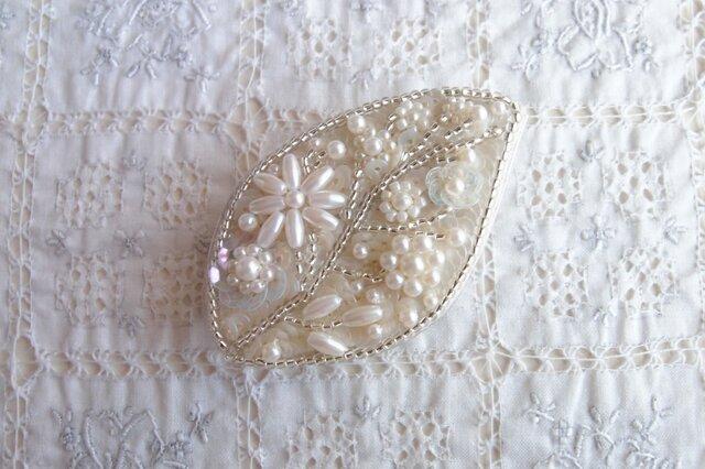 白の葉っぱブローチb (お花が大きめ)の画像1枚目