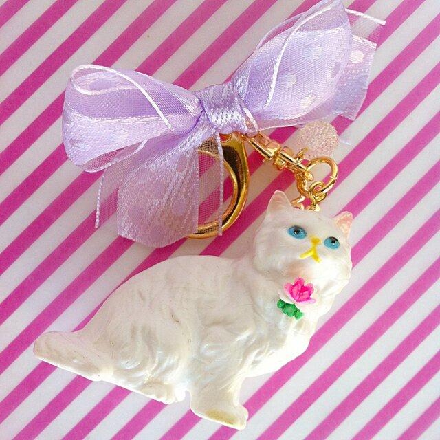 白猫のキーホルダー(ドットリボン)の画像1枚目