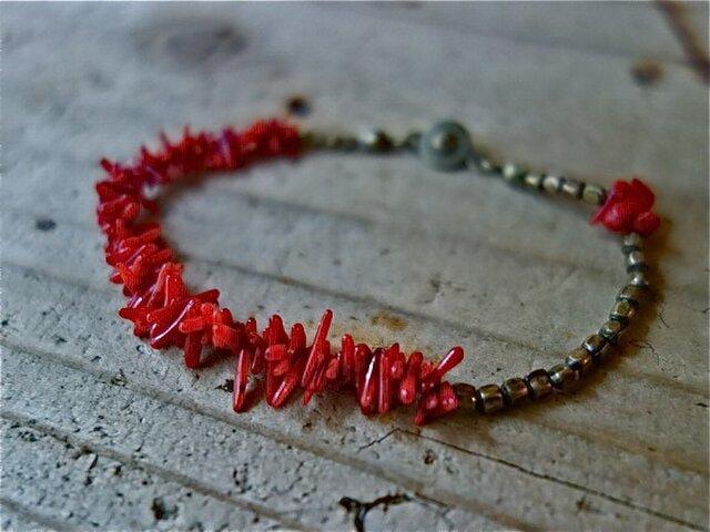 *アシンメトリーなブレス 小枝珊瑚+メタルビーズの画像1枚目