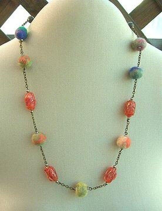 ◆◇◆フェルトボールとビーズのネックレスの画像1枚目