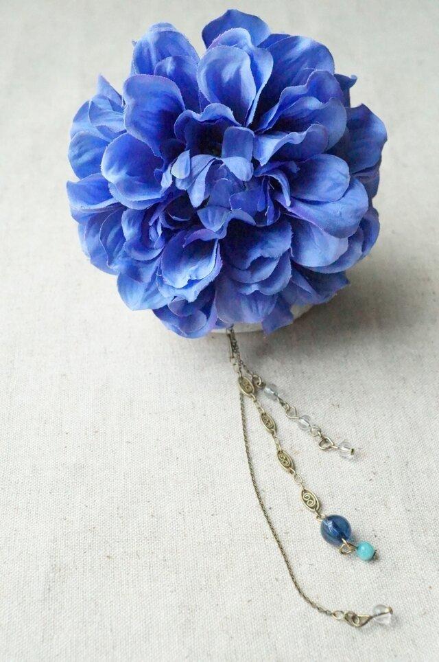 ブルーのダリアと3種のチェーンのかんざしの画像1枚目