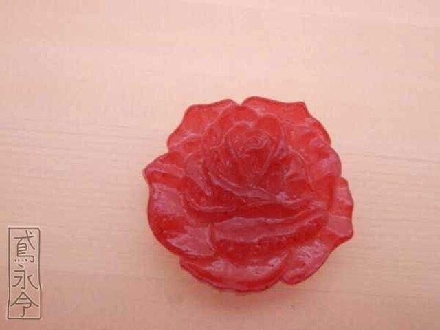 帯留 赤色の大輪のバラの画像1枚目