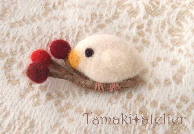 羊毛ブローチ「赤い実と白い鳥 2」の画像1枚目