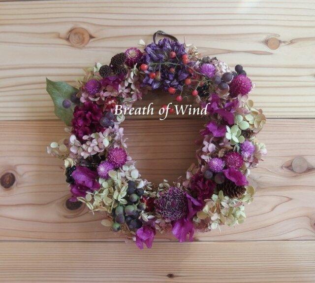 紫のダリアとブーゲンビリアのリースの画像1枚目