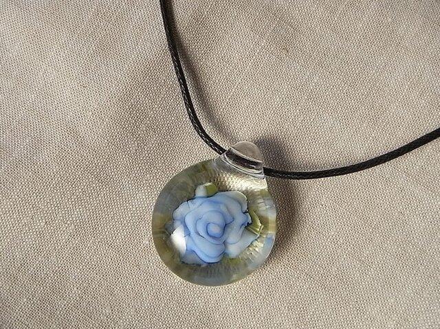 サックスブルーのバラ・ペンダント・ガラス製・とんぼ玉の画像1枚目