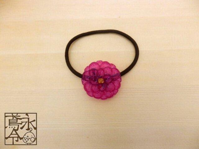 髪ゴム 赤紫色の大きめの丸い花の画像1枚目