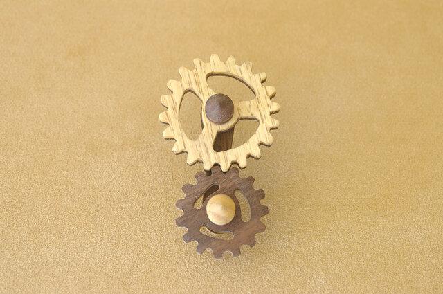 木の歯車のブローチの画像1枚目