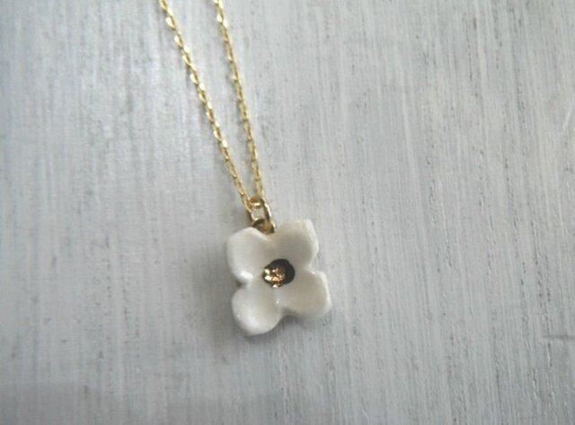 小さい花の necklace (白)の画像1枚目