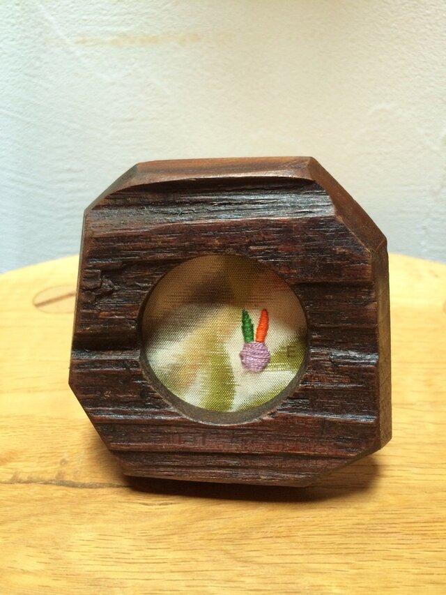 「八月のうさぎ」ミニフレーム HF001 銘仙 刺繍 額 古木の画像1枚目