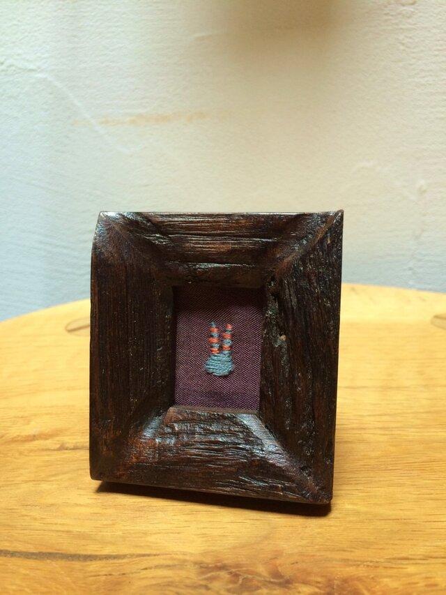 「八月のうさぎ」ミニフレーム HF003 銘仙 刺繍 額 古木の画像1枚目