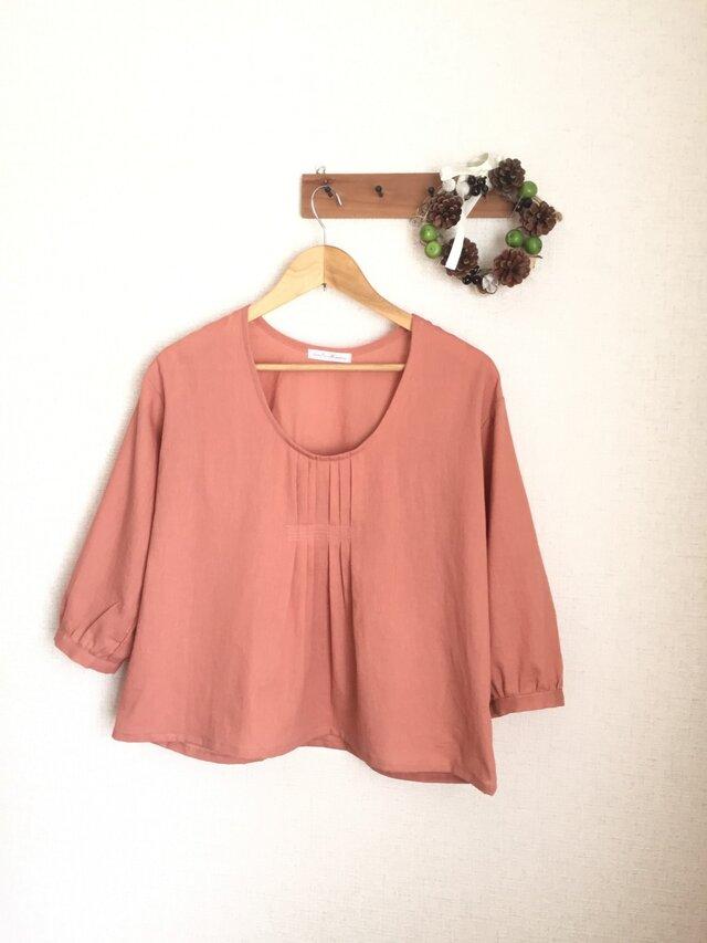 胸元タックのサラふわブラウス ピンクオレンジの画像1枚目