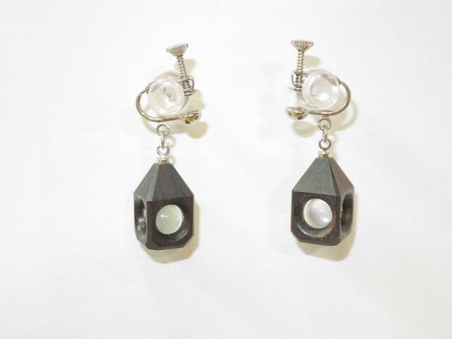 水晶の木包みイヤリング 黒檀 三角頭 銀の画像1枚目