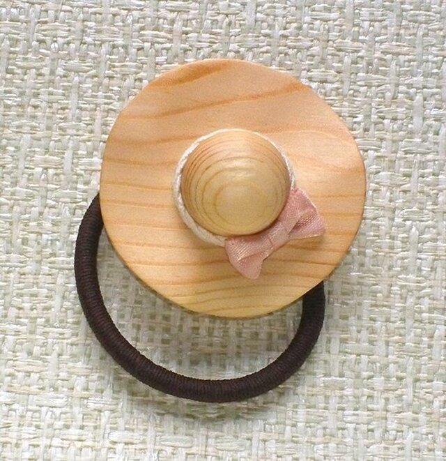 松の木で作った ヘアゴム 「風にそよぐ麦わら帽子」 L&R-spの画像1枚目