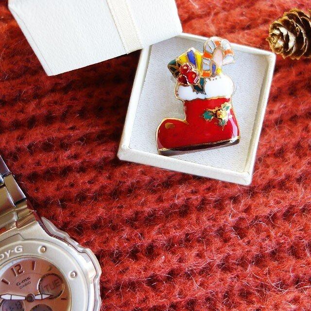 七宝焼ピンブローチ(,ピンズ) クリスマスのプレゼントブーツ(赤)の画像1枚目