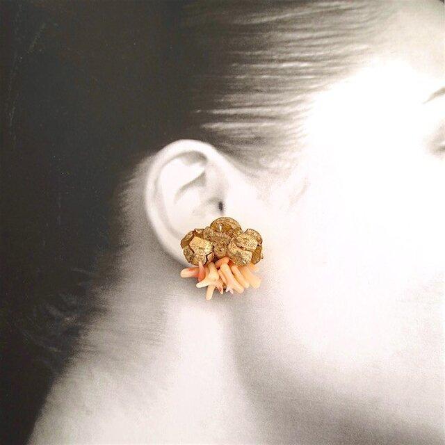 【再販売】珊瑚×ヒノキの実 イヤリングの画像1枚目