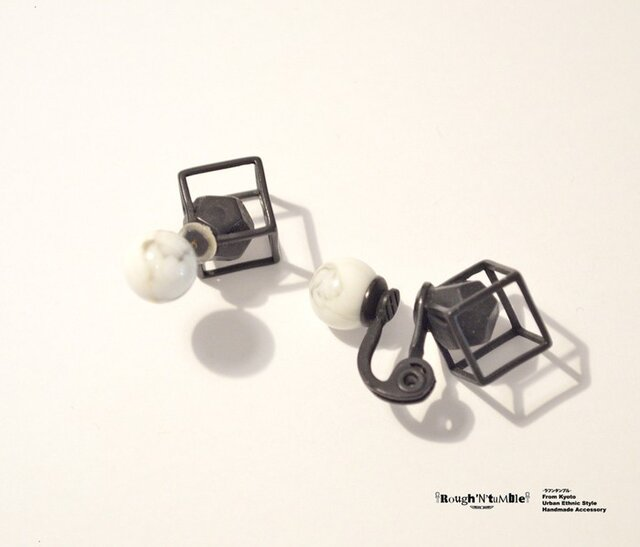 Cube catch pierce Black×howlite(片耳販売)の画像1枚目