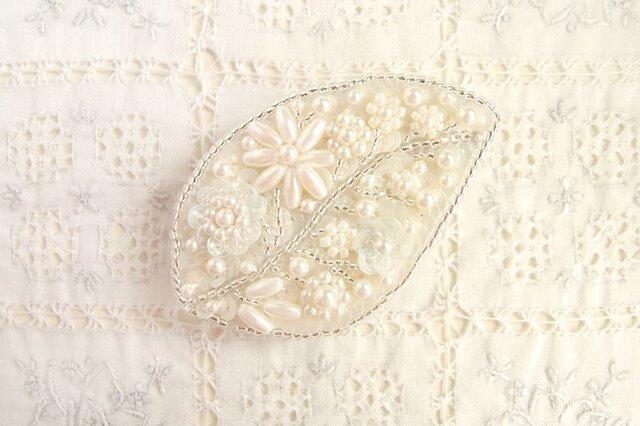 白の葉っぱブローチ の画像1枚目
