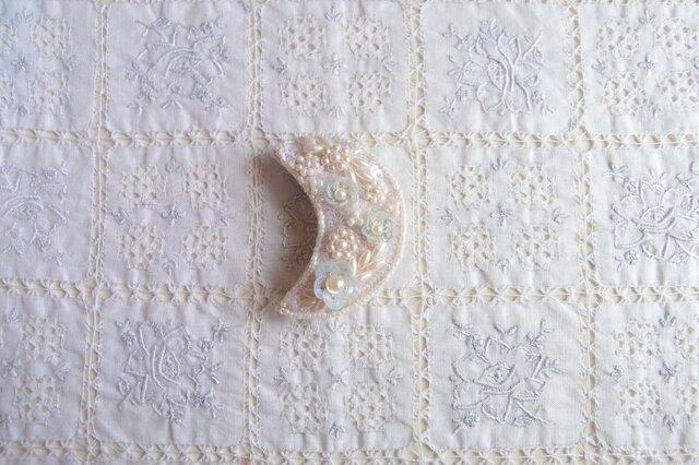 白いお月様のブローチAの画像1枚目