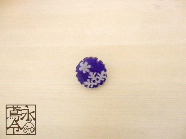 ブローチ 青色の雪輪に白色の雪の結晶の画像1枚目