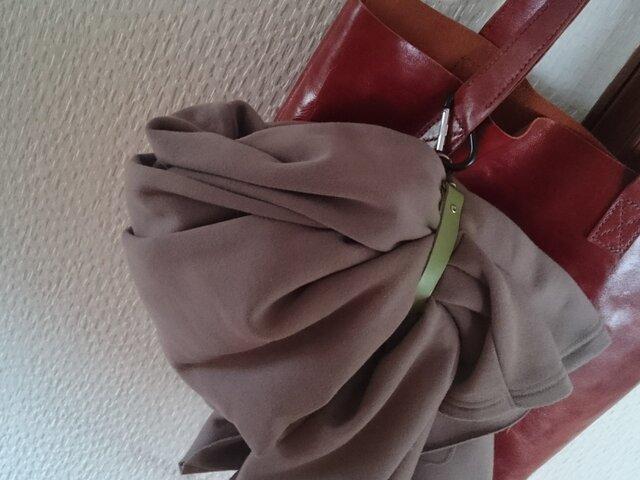 上着をカバンに固定する本革ベルト(カーキ色)の画像1枚目