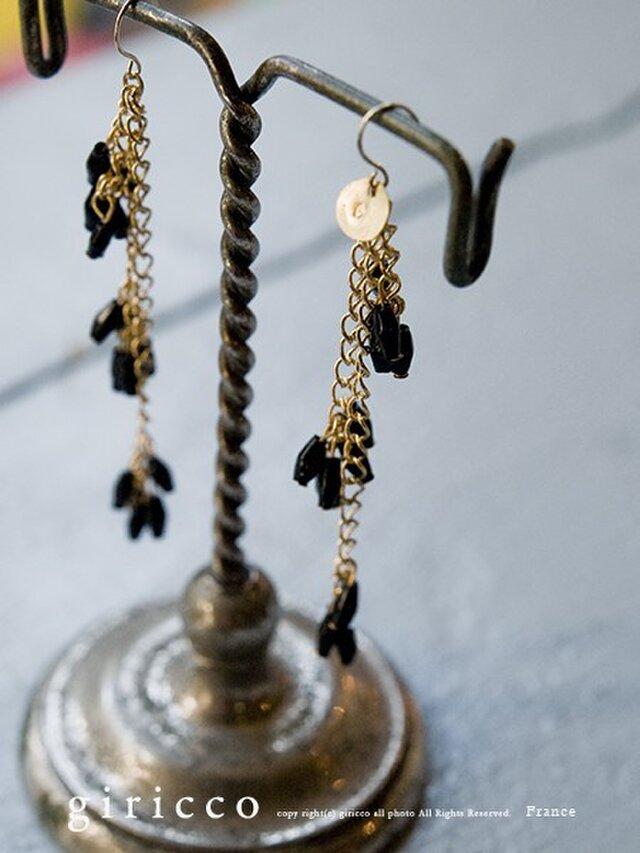 フランス製のやさしくカットが光る艶のある黒スフレガラスのロングピアス/イヤリングの画像1枚目