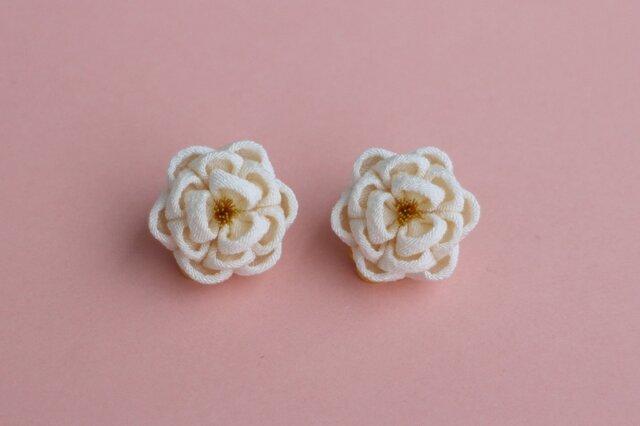 正絹 ほんわり椿のイヤリング ぱちっとタイプ 白 つまみ細工の画像1枚目