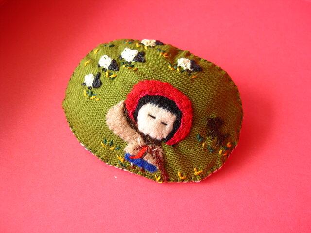 羊飼いの女の子<布ブローチ(刺繍ブローチ)>の画像1枚目