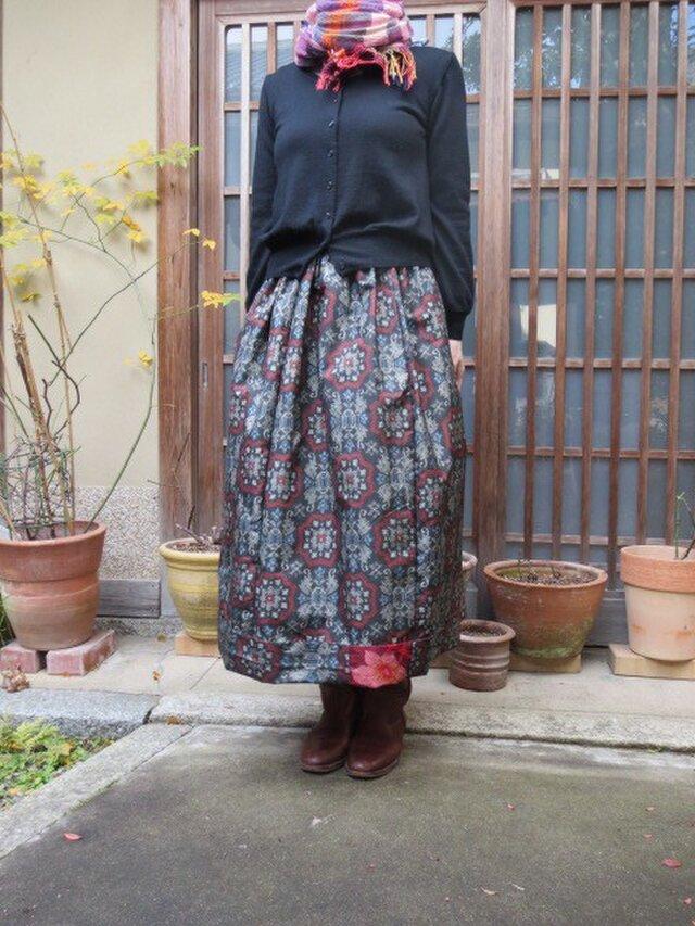 黒地大島紬でリメイクロングスカート☆赤がポイント銘仙2種で♪の画像1枚目