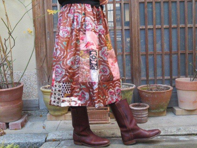 茶色地に赤椿♪色々パッチでキュートな銘仙スカートの画像1枚目