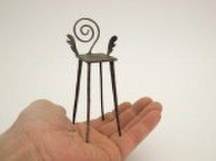 ●インテリアやプレゼントに最適 翼のある鉄(アイアン)のミニ椅子 「飛ぶ夢にとまどう椅子」(受注後制作)の画像1枚目