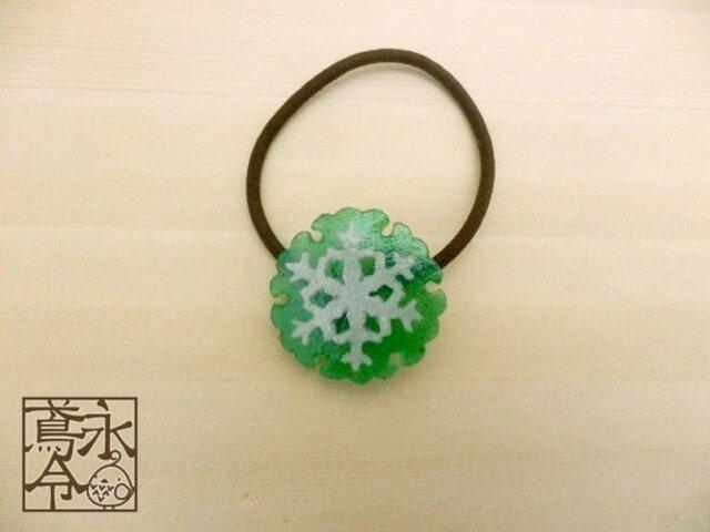 髪ゴム 大きな緑色の雪輪に白色の雪の結晶の画像1枚目