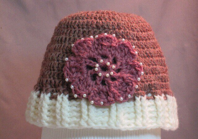 ピンクのお花(パールビーズ)モチーフ付き帽子の画像1枚目