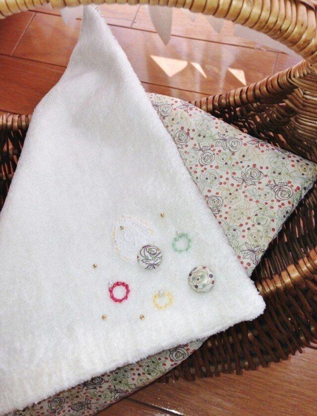 リバティプリントくるみボタン飾りのハンドタオルの画像1枚目