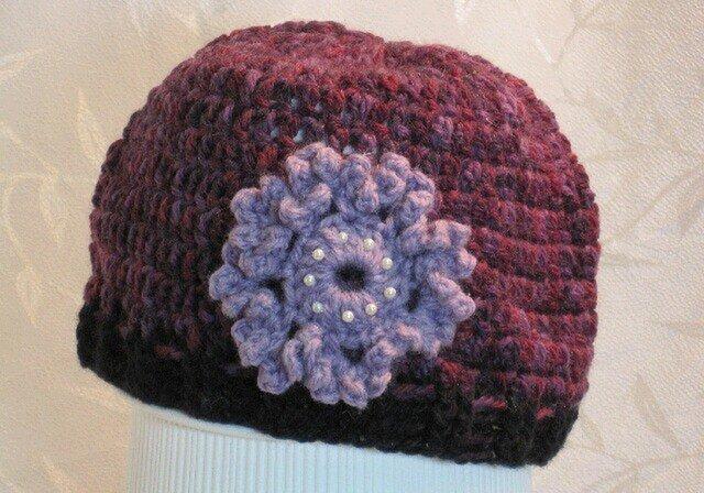 菫色のお花モチーフ付きワインカラー帽子の画像1枚目